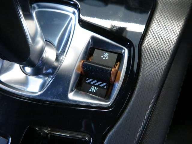 コンフィギュラブルダイナミックを装備スイッチ一つでスポーティーなドライビングが可能になります。スポーツカーに欲しい機能がございます。