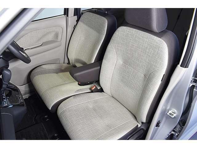 大きなベンチシートで足元もヒロビロ■大型シートで座り心地は快適♪中央には肘掛が付いてゆったりドライブ♪ シートヒーター(運転席&助手席)装備☆