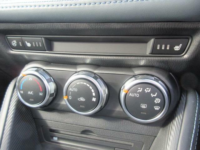 ダイヤルを回すだけで簡単に温度設定が可能なオートエアコンと3段階で温度設定が可能なシートヒーターを搭載しています☆