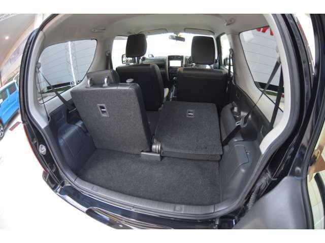 左右分割式の後席シートで荷物も沢山収納できます