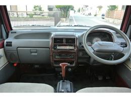 車体の状態ですが、外装としては、左ヘッドライト上部辺りと左前フェンダーに凹みとフロントバンパー左&上部に傷があるのとメッキホイールキャップに小傷、あと日常でつくような小傷があります