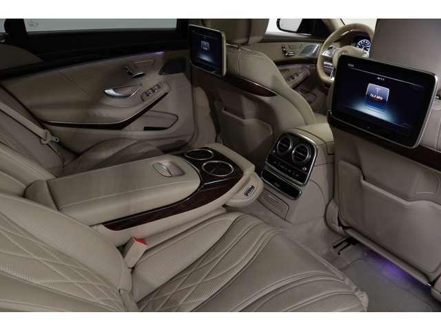 10インチの大画面モニターとワイヤレスヘッドホンを使用して、走行中でも後席片側でTV、もう片側でDVDビデオなど別々のソースが楽しめるリアエンターテインメントシステムも装備されております。
