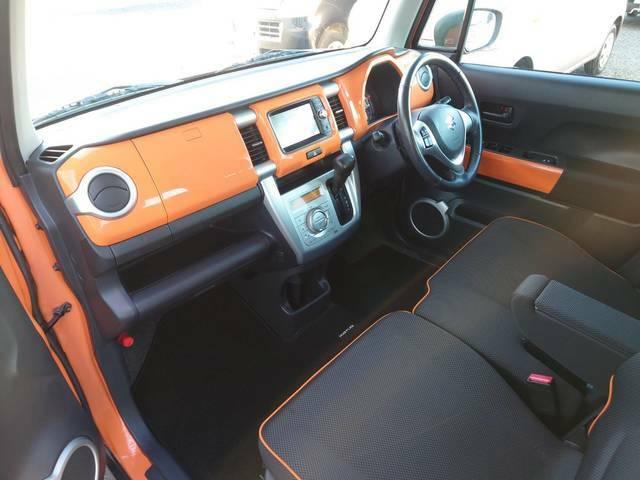 黒×オレンジで統一された車内です!