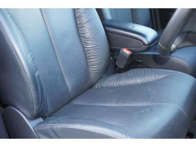 運転席、助手席ともに綺麗です。一度ご覧くださいませ。また黒革シートが装備されておりますので、高級感がございます♪