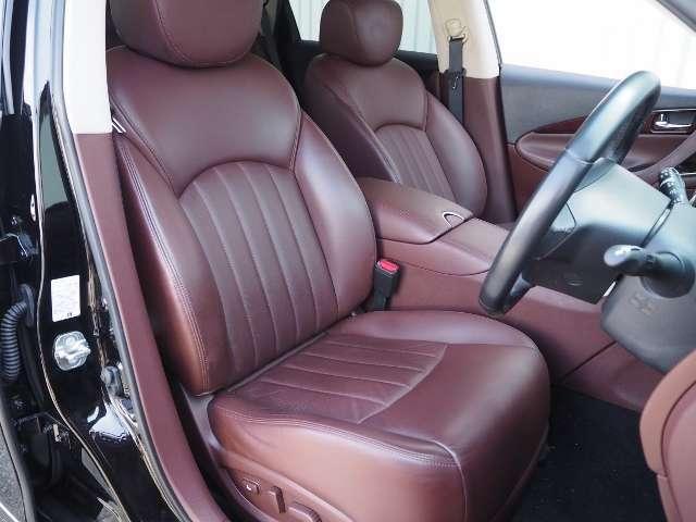 シート背面からフロントショルダー部へ、優雅に回り込むやさしい曲面に包み込まれる個性的で美しいフロントシート。