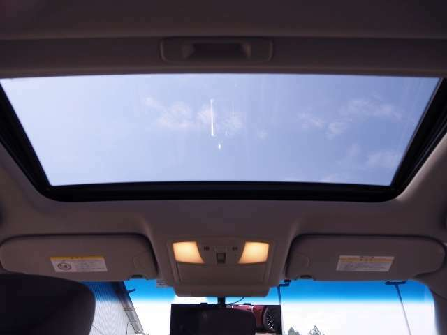 サンルーフ(電動チルト&スライド式) 車内の換気にも最適です。