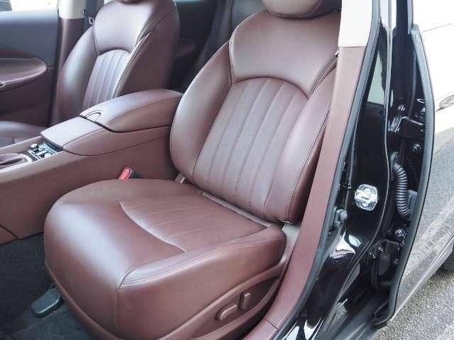 フロントシートには、シートヒーターが内蔵されていますので、寒い日も足腰を温めてくれます。