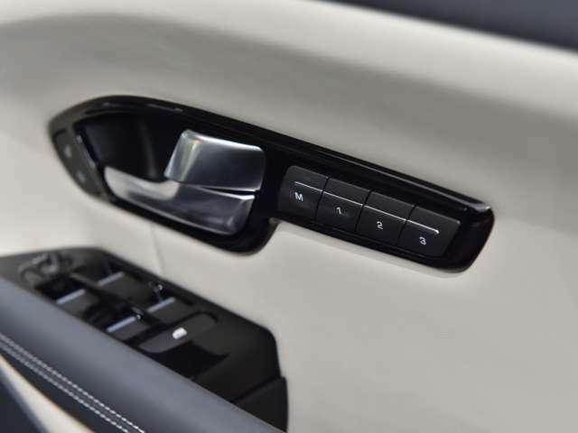 運転席シートは3つまでメモリーできます。ボタン1つで自分仕様の位置へと変化致します。