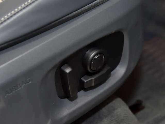 電動シート付。フィット感を与え疲れにくくより快適な運転が可能となっております。