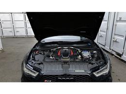 エンジンルームには隙間なくメカニカルなものが納められております。
