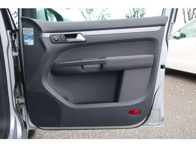 パワーウィンドゥや集中ドアロック、ミラー格納調整用スイッチです。寒冷地で活用できるミラーヒーターも装備!