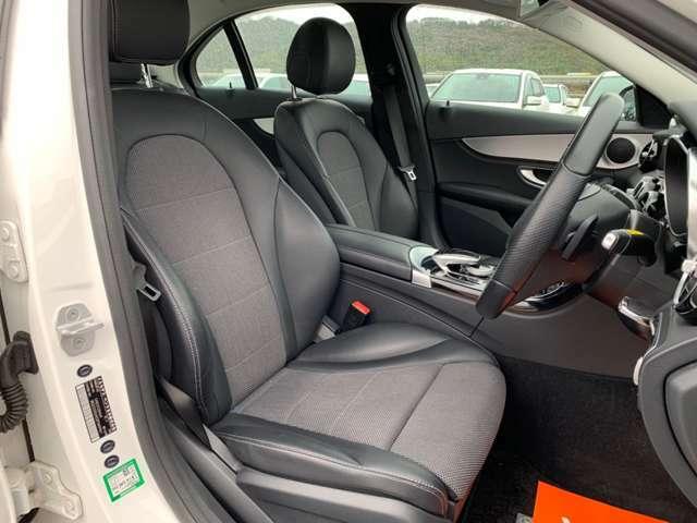運転席、助手席ともに十分なスペースが取られており、広々と使えます!
