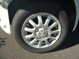 社外アルミホイールです。タイヤの山はまだまだ使えると思います。