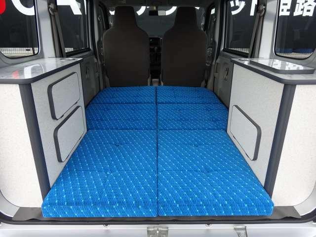 セカンドシートからフラットなベッド仕様になります。ベッドは6分割でき収納できます。
