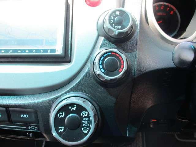 マニュアルエアコンで車内を快適にしてくれます♪