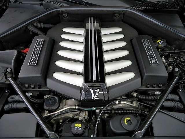 伝統のV12エンジンになります。