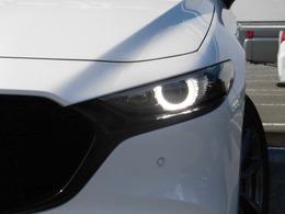 【LEDライト】約30Km以上で走行中、前走車や対向車を判断しハイ/ローを自動切換えする先進ライティングシステムを搭載しています。また、瞳の様なデザインや、ムラの無い白色光はそれ自体がドレスUPアイテムですね!