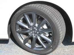 【アルミホイール&タイヤ】タイヤサイズは『215/45R18』です。タイヤの溝はほとんど減っていませんね。まだまだご使用いただけます。また、アルミホイールもデザイン性が高く、MAZDA3によく似合いますね!