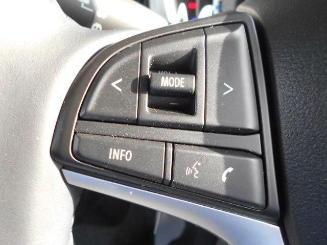 ステアリングオーディオスイッチ。運転中に視線を動かさずにオーディオ操作が行えます