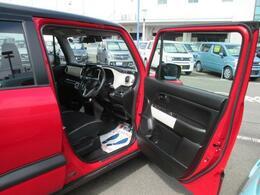 開口部が広く、乗り降りがしやすいです!SUV風のデザインなのでシートの座面が少し高くなっています。