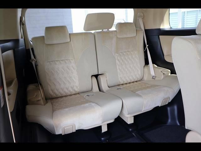 後席に6人乗車していただいても十分の広さなのでレジャーや旅行にもオススメの一台です!