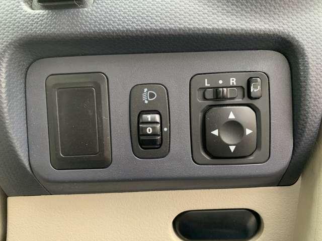 ☆ハンドル右インパネにヘッドライトレベライザー、ドアミラー自動開閉スイッチが装備されています。