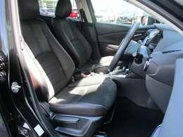 体をしっかりサポートしてくれるシート!  クッション性もあり、座り心地もいいですよ! 長時間のドライブでも疲労を軽減してくれます!