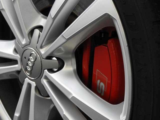 ■カラードブレーキキャリパー 純正オプションのレッドにカラーリングされたブレーキキャリパーを装備。足元をよりスポーティに彩ります。