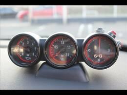 3連メーター装備。水温計、ブースト圧、時計がついております。スポーティなお車には欠かせない装備ですね。