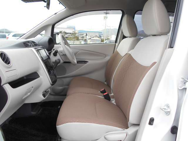 やさしい光に包み込まれたような、ベージュカラーの内装の車内!明るく快適です♪