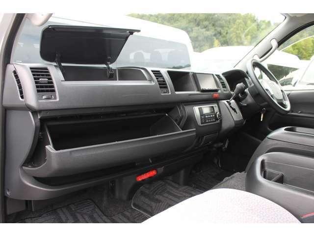 運転席エアバック車なので、薄型ティッシュボックスなどの収納が可能な助手席アッパーボックスが装備されています。
