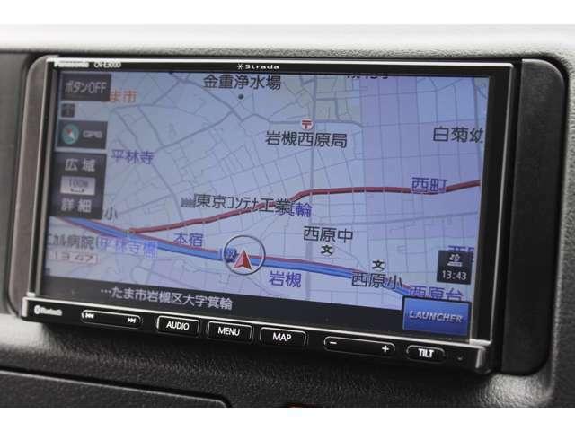 パナソニックSSDナビゲーション(ストラーダ/CN-E300D)が装備されています。ワンセグTVの視聴が可能です。Bluetooth対応です。