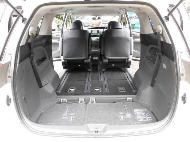 サードシートを収納すれば広大なラゲッジスペースが広がります^^これは便利ですね^^タイヤ4本新品にて納車致します^^