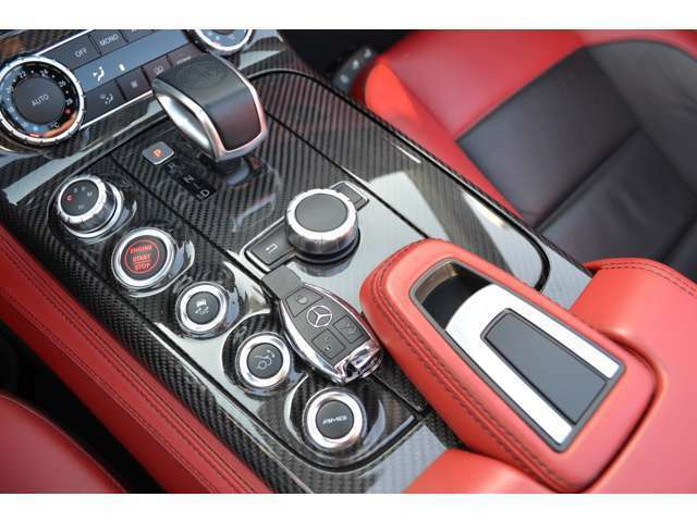 シフトレバーの左側には、走行モードの選択やサスペンションの調節を行うスイッチ類があります。(AMG RIDE CONTROL)