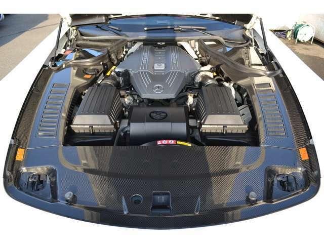 エンジンルーム カーボンパネル 駆動方式=FR/6.2リッターV8DOHC32バルブ(571ps/6800rpm、66.3kgm/4750rpm)カタログ値