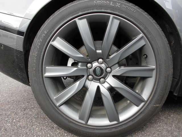 21Iインチのホイルはブラックで、ボディ色とマッチしています タイヤはコンチネンタルです