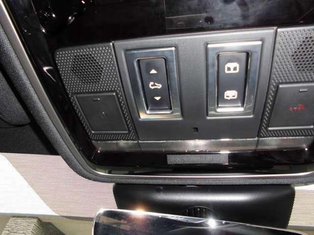 サンルーフのスイッチです  閉開とチルトが出来ます 登録すれば、エマージェンシーのボタンも使える様です