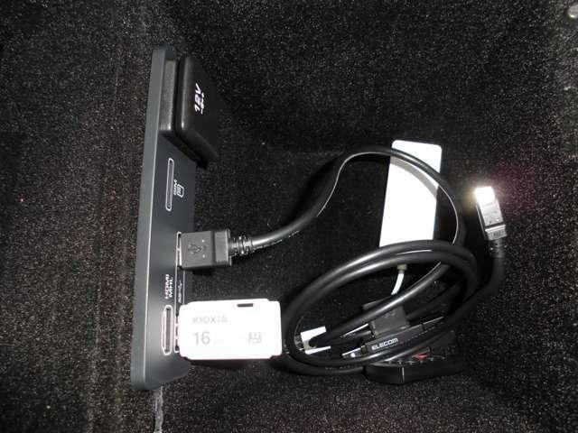 コンソールには、USB等が備わっています CDが無いため、USB等で、音楽を聞く事になります