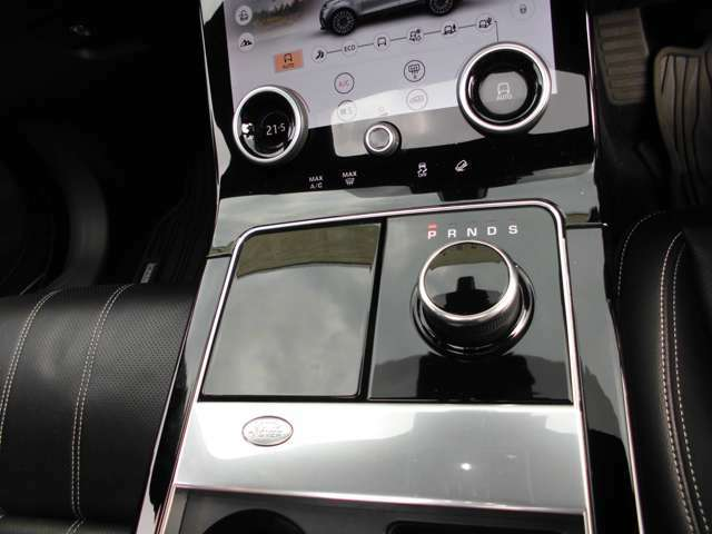 8ATで、お約束のポップアップのシフトレバーです 左は閉開が出来、ドリンクホルダーになります