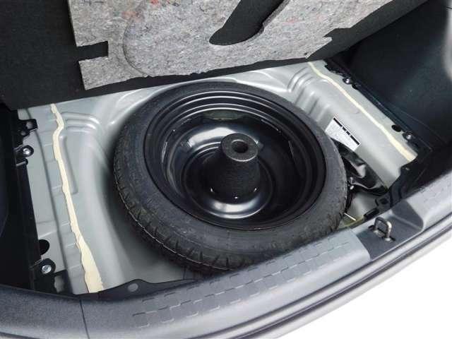 応急用スペアタイヤが付いています。バーストなどのパンク修理キットでは対応しきれないトラブルでも安心です。