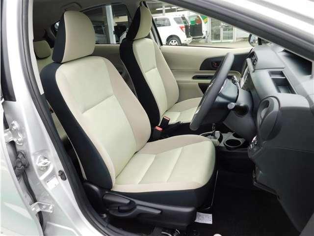 明るいライトベージュのカジュアルなインテリア。運転席はシート上下アジャスター付きで細かなポジション調整が可能です。