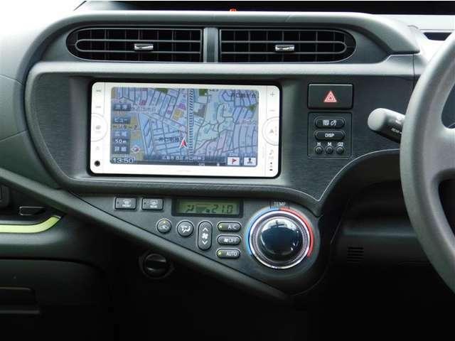 ワンセグTV視聴可能な純正メモリーナビゲーション。Bluetoothオーディオ&ハンズフリー通話にも対応。エアコンは一年中快適室内温度を保つフルオートエアコン。
