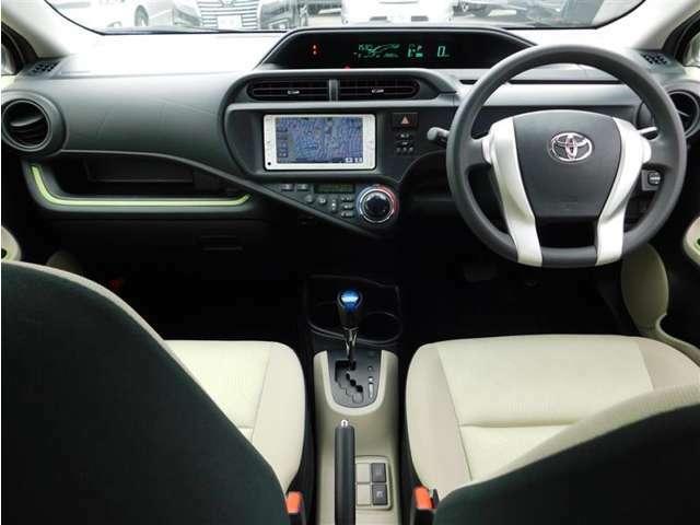 視線移動の少ない視認性の高いセンターメーターレイアウトのインストルメントパネル。視界も良好で運転もラクラク♪