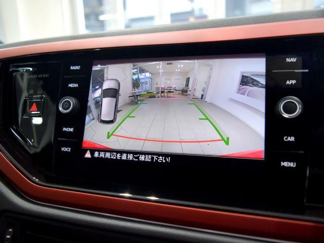 バンパーセンサー付きバックカメラが装備されているだけでなく、パークアシストも付いておりますので車庫入れの苦手な方でも安心です。