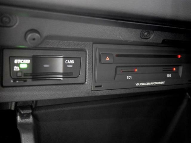 ETC2.0ユニットやCD+DVD+SDスロットがグローブBOX内に収まっています。