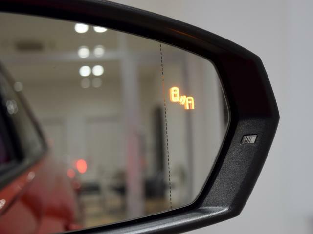 後方死角検知機能は、リヤサイドの死角エリアに車両を検知した際、その方向にウィンカーを出すとドアミラーに内蔵された警告灯が点滅しドライバーに注意を促します。