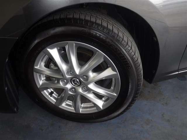 205/60R16サイズのタイヤを装着しています。作りの良い純正アルミホイールがボディ-デザインと融合します。
