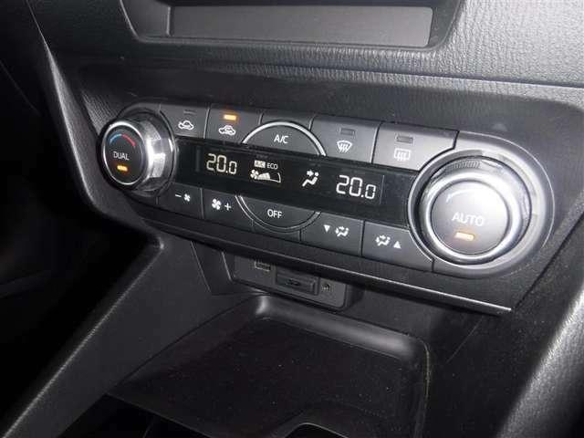 左右独立温度調節機能付オ-トエアコンを装備しています。運転席と助手席、それぞれの温度設定が行える機能は上質なドライブの提供に役立ちます。