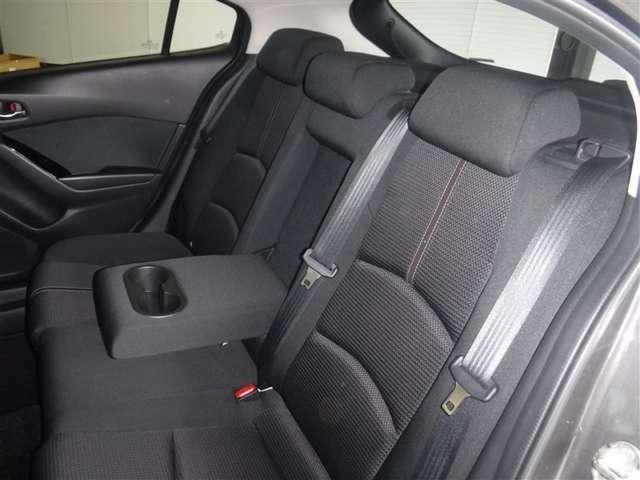 後席空間もしっかり確保。分割可倒式シートを採用しています。ゆったりとくつろげるカップホルダ-付センタ-ア-ムレストを装備しています。