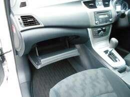 グローボックスには車検証入れや小物を収納できます。